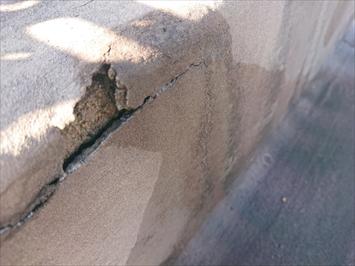 劣化して固くなった防水材が切れています