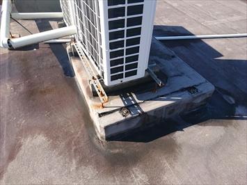 エアコン室外機の架台部分は雨漏りしやすい箇所です