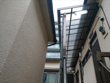 共用廊下の雨樋から雨水があふれてしまいます