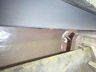 根元から外れた雨樋の留め具