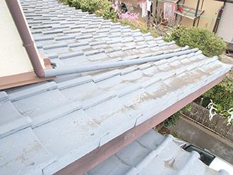 土埃の堆積した瓦屋根