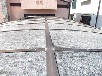 傷の入ったカーポートの屋根