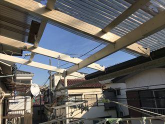 波板屋根と共に木製支柱も離脱