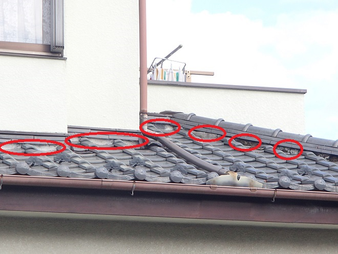 漆喰が傷んだ瓦屋根風景