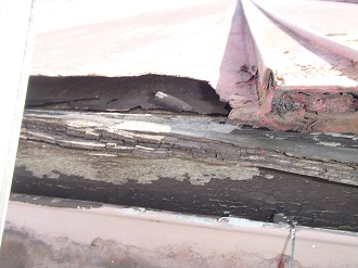 木部や金属の腐食が見られるトタン屋根