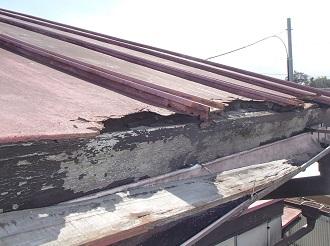 トタン屋根の劣化した軒先