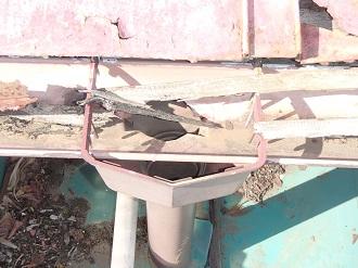 木部の破片が詰まった雨樋