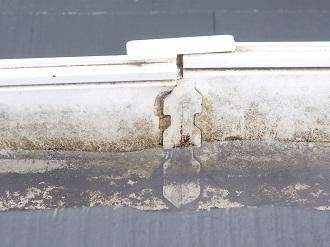 雨水が排水されず溜まってしまった雨樋