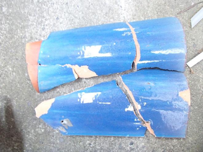 割れた釉薬瓦