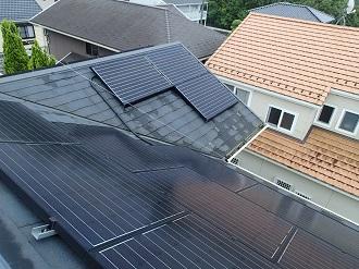 太陽光パネルが乗ったスレート屋根
