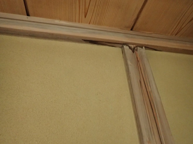 雨染みの見える室内壁