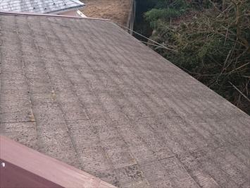 スレート屋根は表面が汚れています
