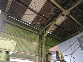 平屋建ての工場の屋根は小波スレートが葺かれています