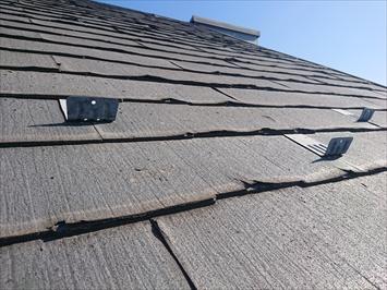 雪止めに足を引っかけて屋根に上ります