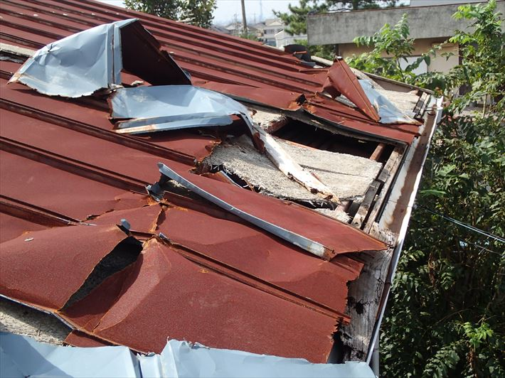 捲れたトタン屋根