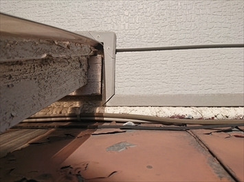 外壁カバーと波板の隙間