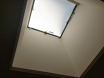 天窓から雨漏りしています