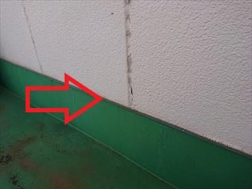 防水層と外壁の取り合いに隙間が空いています