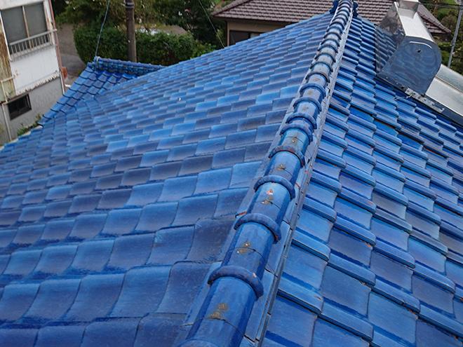 雨漏りによって雨染みができた天井屋根