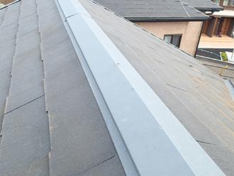 屋根のてっぺんの金属を棟板金と呼びます