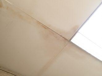 雨染みが拡がった外廊下天井
