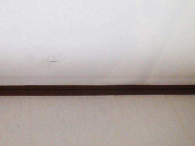 天井と壁のクロスに雨漏りの影響