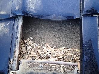 瓦の内側に入り込んだ落ち葉