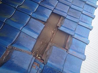 瓦を捲ると傷んだ防水紙が見えます