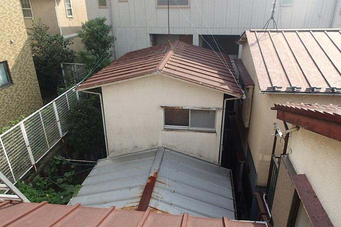 三棟連なった錆びたトタン屋根のお住まい