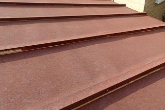 トタン屋根の錆びたふき板