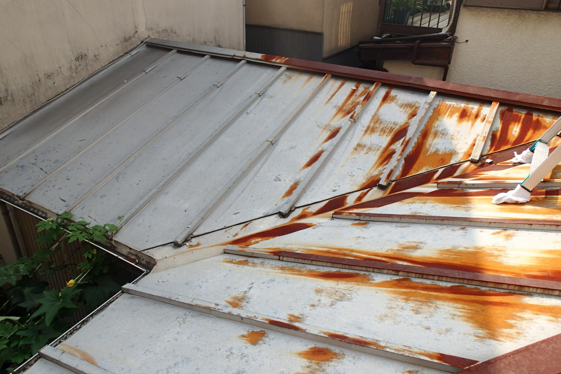 屋根カバー工法施工前の錆たトタン屋根