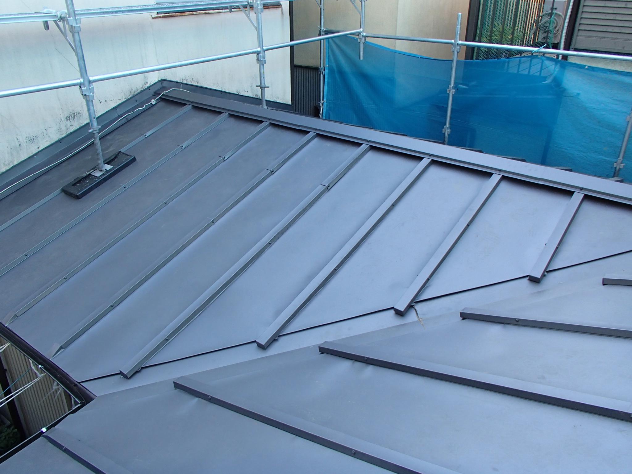 ガルバリウム鋼板での屋根カバー工法施工後