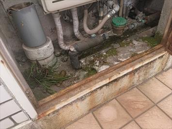 配管がまとまっているPS内へ雨水が入っています