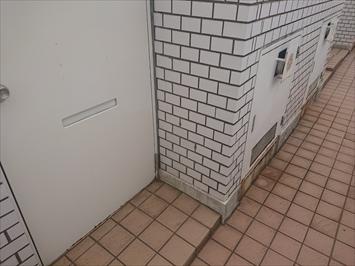 上の階の玄関ドアの横にはPSがあります