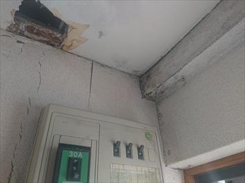 天井の石膏ボードが雨漏りでボロボロです