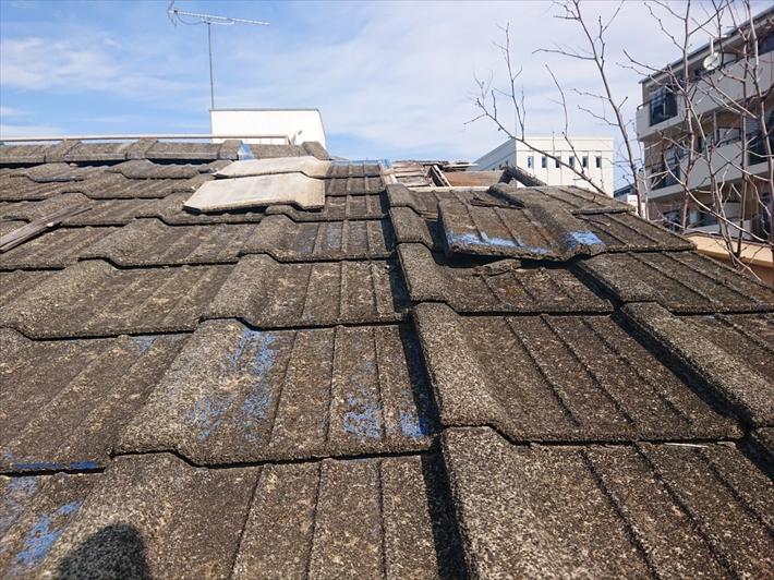 下から持ち上げられて屋根にセメント瓦が乗っていました