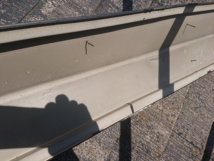 上から釘が打ち付けてある棟板金