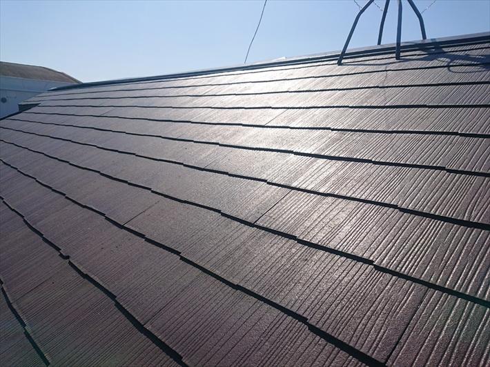 塗装してあるアパートのスレート屋根