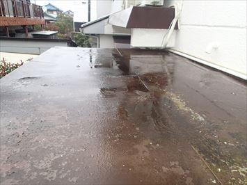 水がたまった玄関庇屋根