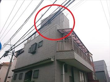 屋上に上がる部分の外壁が劣化しています