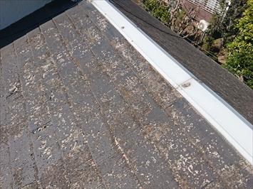 杉並区上荻で塗膜が剥がれて反っているスレート葺き屋根はカバー工事をおこないます