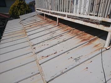 八王子市台町でサビが全体に出ているトタンの瓦棒葺き屋根を葺き替え工事します