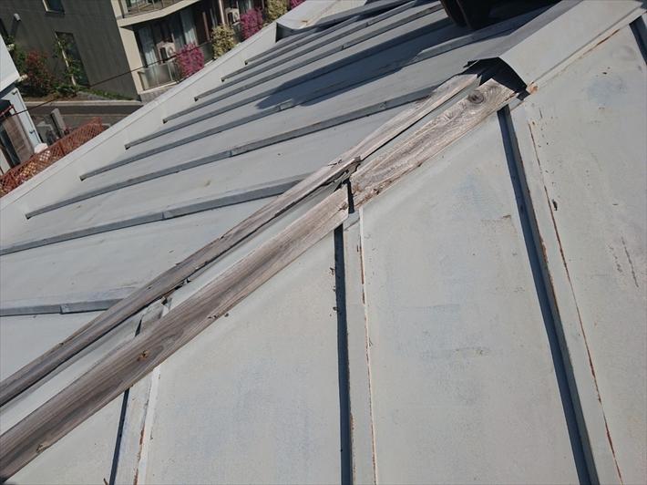 世田谷区奥沢で台風の強風で飛ばされた瓦棒屋根の棟板金を交換します