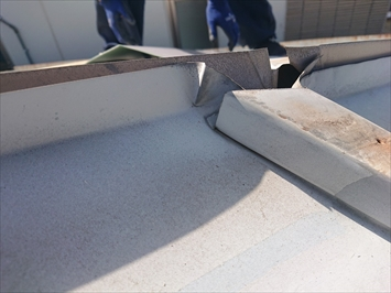 瓦棒葺き屋根は棟の下で立上りがあります