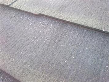 雹によってスレートの表面が傷ついています