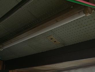 雨漏りで変色した天井