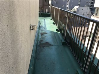 陸屋根の防水表面に汚れ