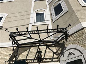 独特な形状の庇屋根