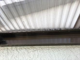 波板屋根に割れ