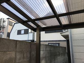 波板屋根がアルミ枠から外れ変形